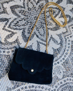 MINI SUÈDE BAG 'LOVELY CHAIN' ZWART