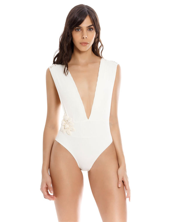 Dama Danzante One Piece. Plunge One Piece Swimsuit With Hand Woven Macramé In Ivory. Entreaguas