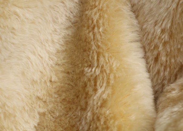 English Honey 20 mm blond gold, dense, mohair for teddy bears with a slight swirl in the pile and a beige backing English Honey is a gorgeous blond gold mohair with a soft and fluffy pile. It's a great colour for medium and large traditional teddy bears, it's a proper 'teddy bear' colour.