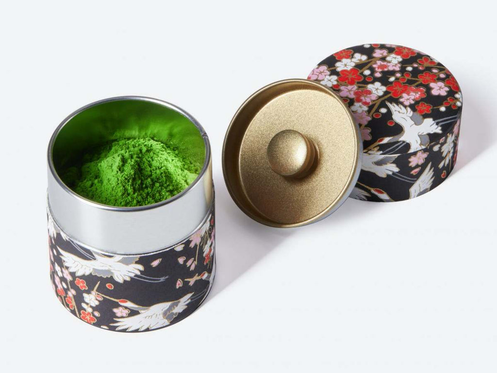 Matcha Pulver in farbiger Teedose