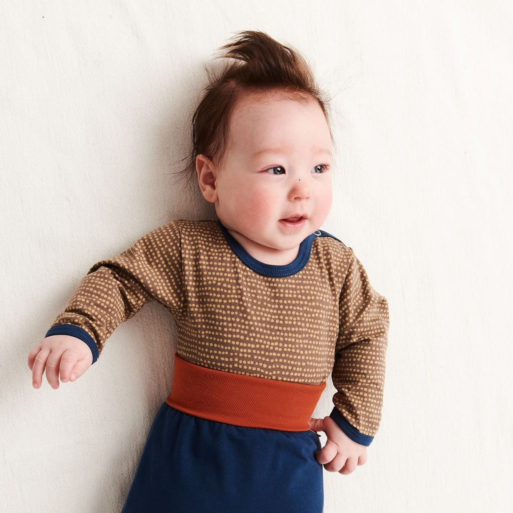 "Long-sleeve baby body ""Dotted Lines Taupe/Indigo"""