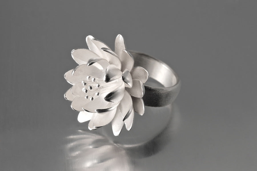 Waterlily Ring in Size 8