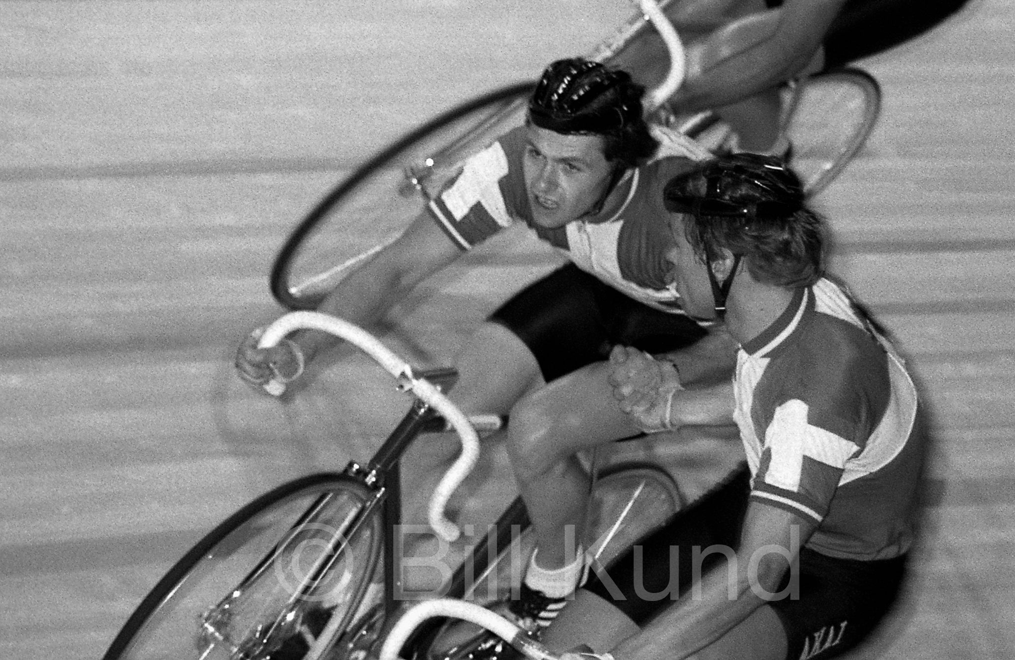 042 - Svendsen&Frank briefly talk tactics during a relay exchange in the Madison