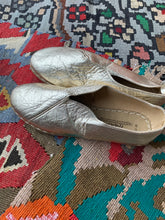 Load image into Gallery viewer, Nidalu Handmade Leather Shoes- Gold Slipper