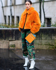 FASHION WEEK SEMAINE DE LA MODE NEW YORK PARIS LONDRES MILAN FEMME MANNEQUIN DATES 2021 2022 BOMBERS VESTE COUPE VENT FOURRURE ORANGE PANTALON CAEGO MILITAIRE VERT TALONS BLANC