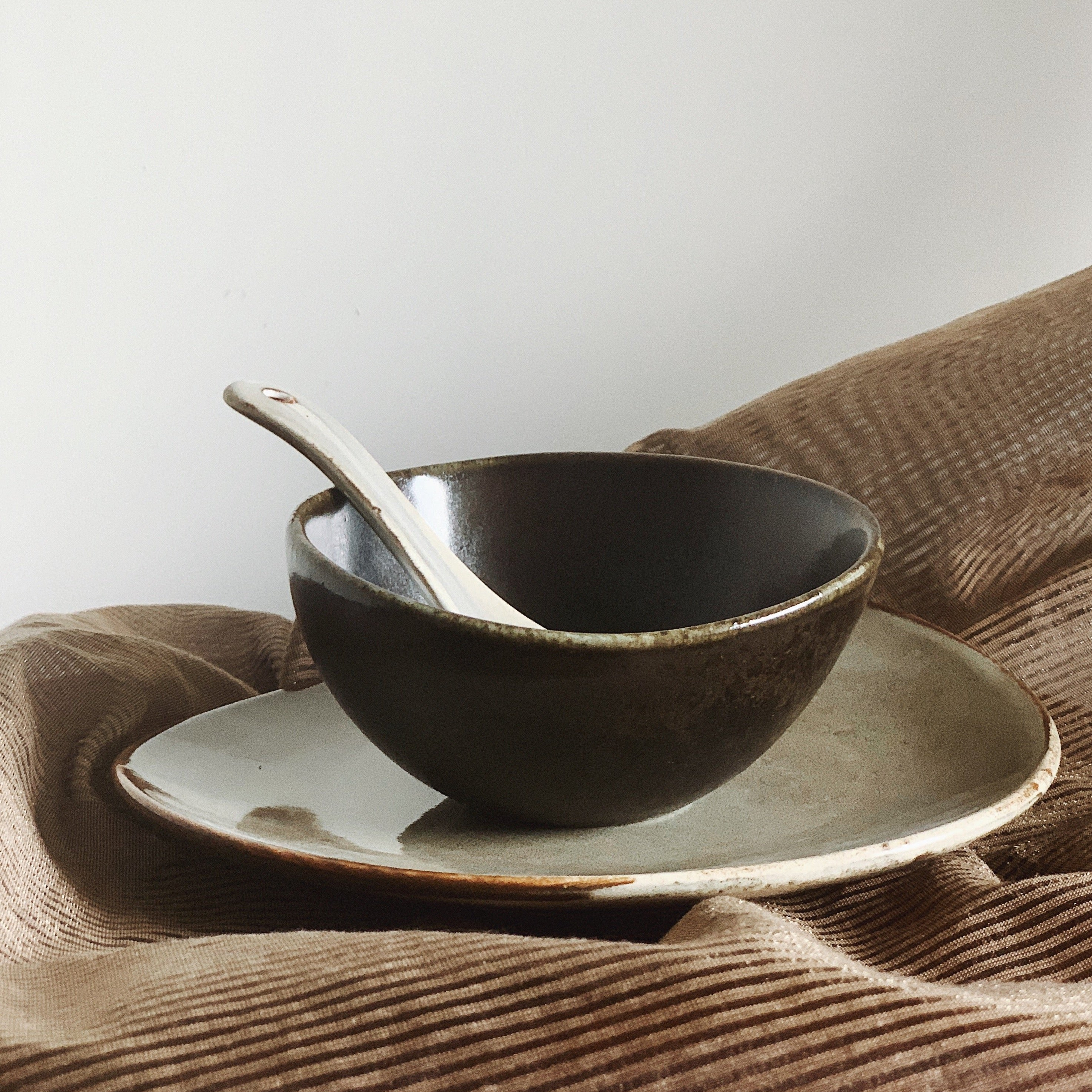 natón dinnerware essential set with grey serving plate, black rice bowl and grey soup spoon
