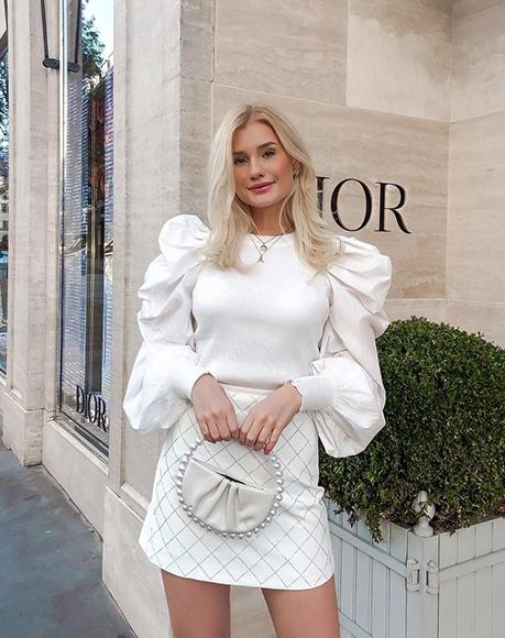 Influencer Anna Syren with L'alingi white pearl band clutch