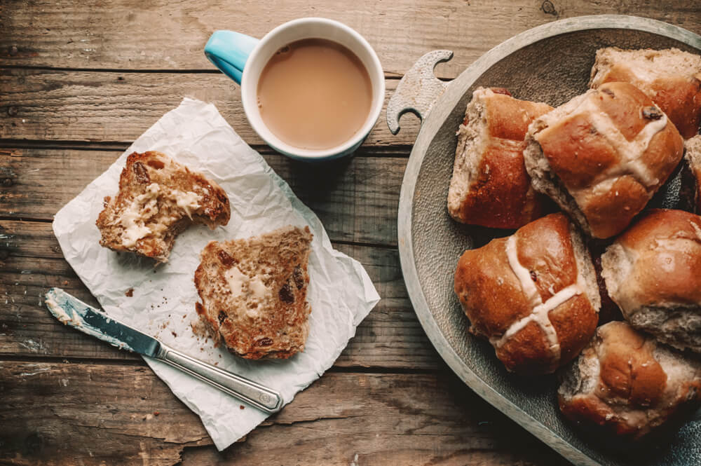 Vegan hot cross buns for Very Vegan Easter Ideas post