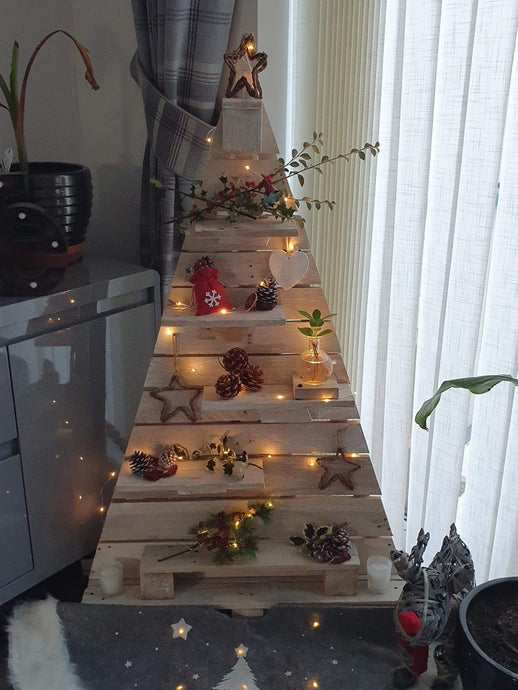 How to create a Wooden Christmas Tree using old Pallets and Natural Decorations!