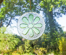 "Load image into Gallery viewer, Green Daisy Suncatcher - 12cm(5"")"