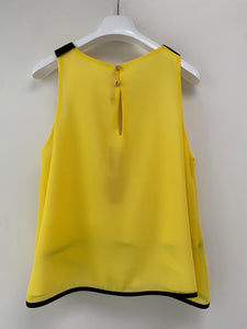 Top in crepe giallo con rifiniture bordate nere