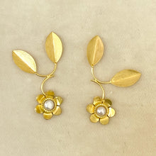 Load image into Gallery viewer, Pearl Fleur Earring