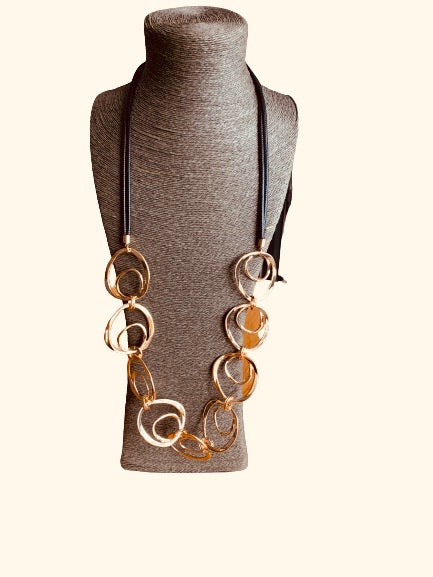 Statement necklace in gold