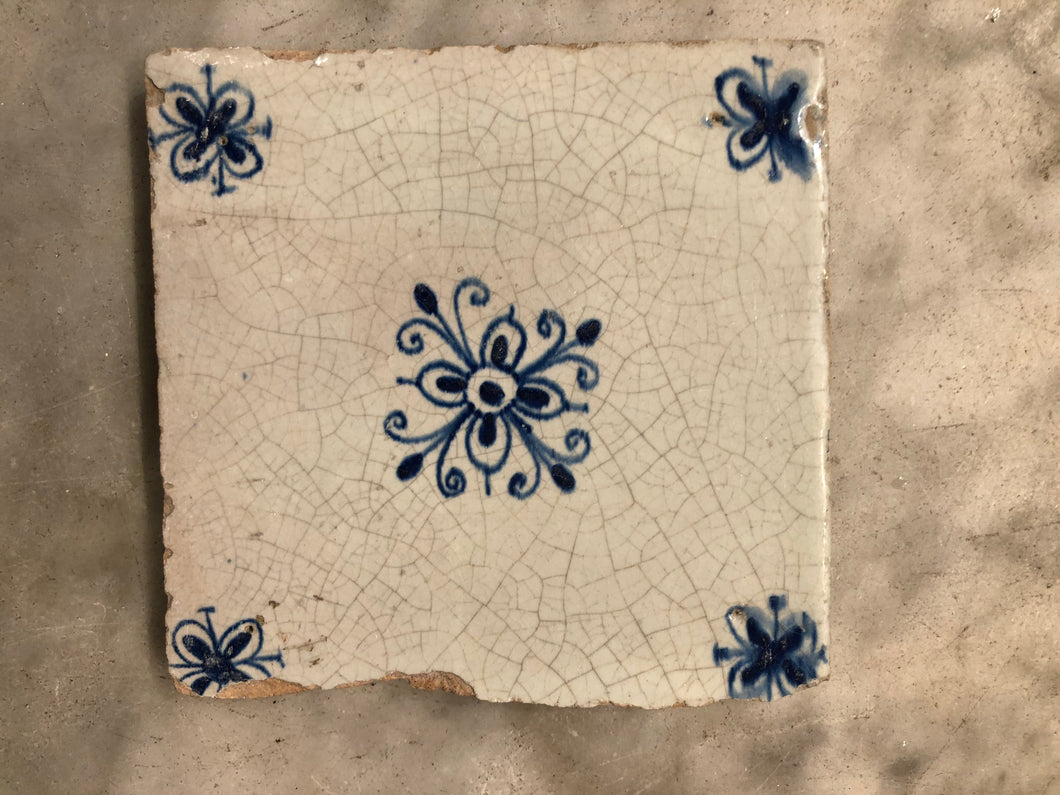 17 th century delft tile with ornement