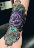 tatouage main rose violette
