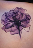 tatouage ventre rose violette