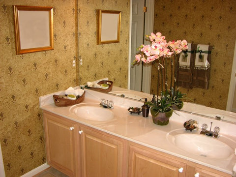 TRADITIONAL RESTROOM WITH FLOWER ARRANGEMENT