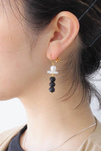 Load image into Gallery viewer, BOUCLE D'OREILLES EARRINGS / BLACK/WHITE
