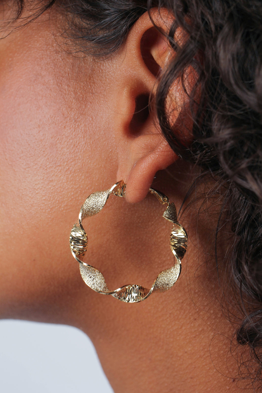 Gold rough smooth twisted hoop earrings_MDEBA2
