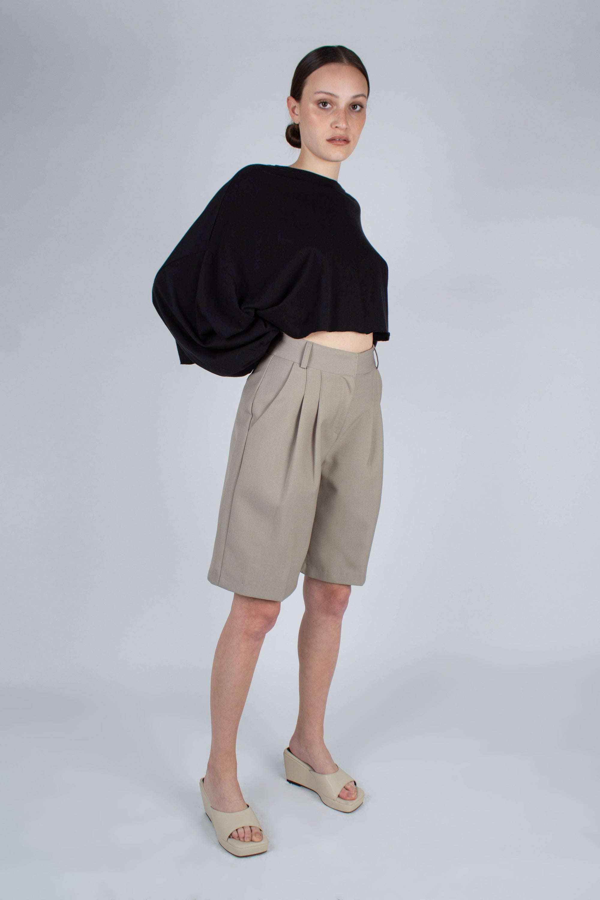 20610_Pale khaki tucked suit shorts_MFSBA1