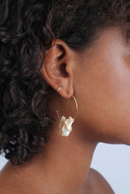 Load image into Gallery viewer, Gold and beige pearl hoop earrings_MDEBA1