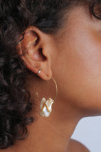 Load image into Gallery viewer, Gold and beige pearl hoop earrings_MDEBA3