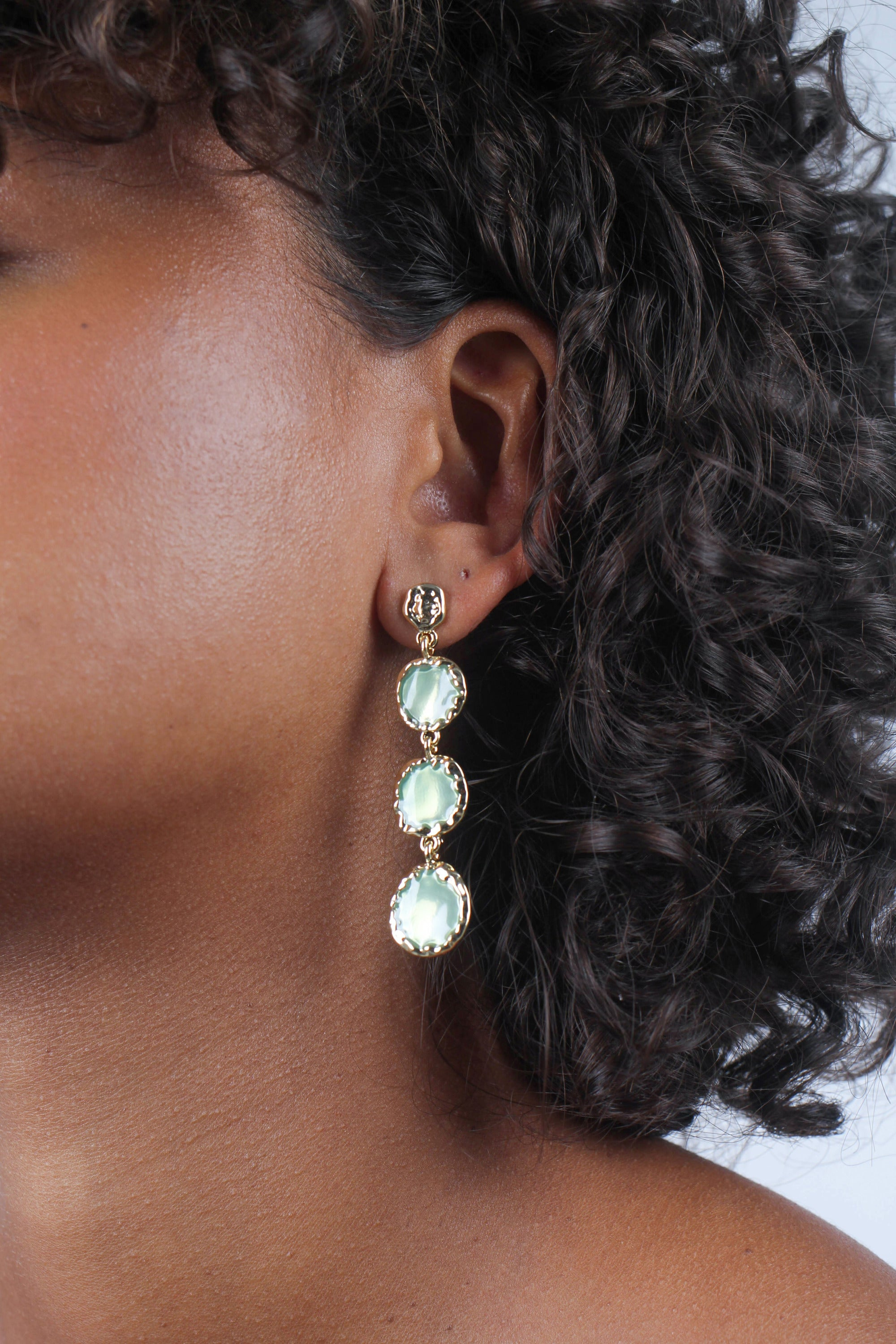 Green falling glass circle gem earrings_MDEBA1