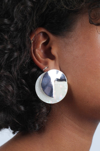 Ivory fleck and hammered silver disc earrings_MDEBA1