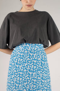 Bright blue daisy print maxi skirt_MDEBA1