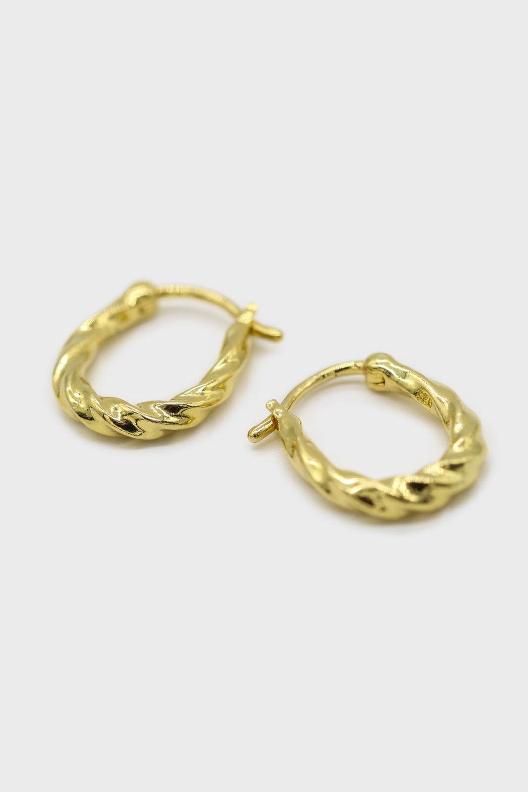 Gold twisted oval huggie earring - 9mm1sx