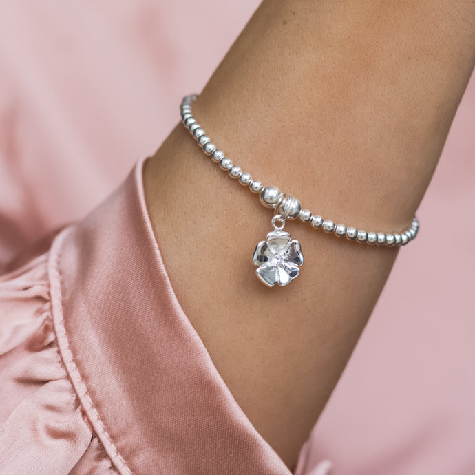 Dazzling 925 sterling silver stretch bracelet with cute flower charm