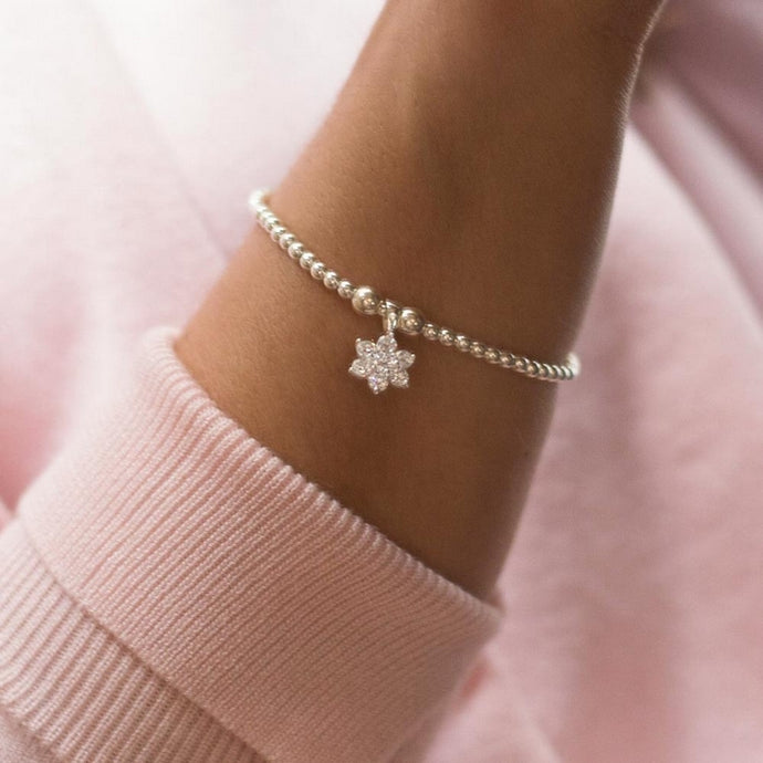 Charming 925 sterling silver stretch bracelet with sparkling flower charm