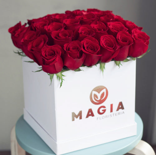 Hat box blanco con 48 rosas rojas