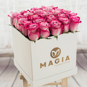 Hat box blanco con 24 rosas lilas