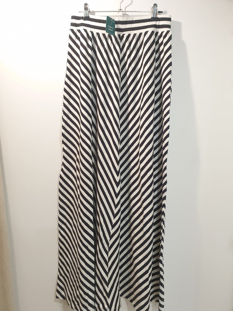 Comfy maxi black and white skirt