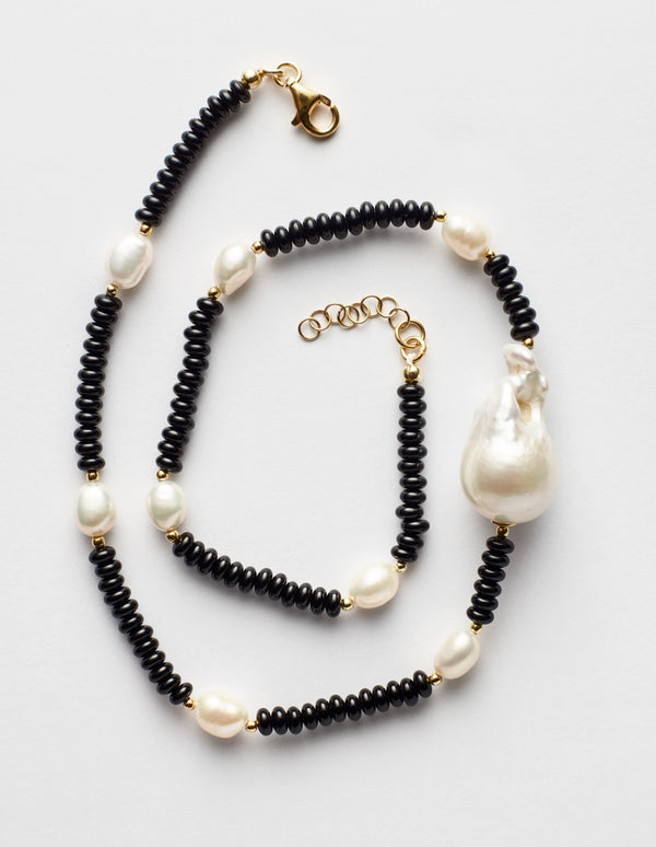 Black onyx necklace with one baroque and freshwater oval pearls. Collar collana.