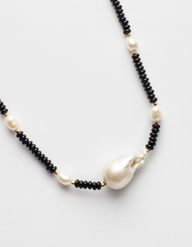 Black onyx necklace with one baroque and freshwater oval pearls. Collar collana. Details.