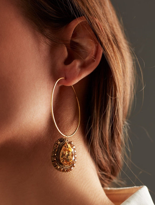 Golden Swarovski crystal hoops earrings. Pendientes. Orecchini. Ear. Look.