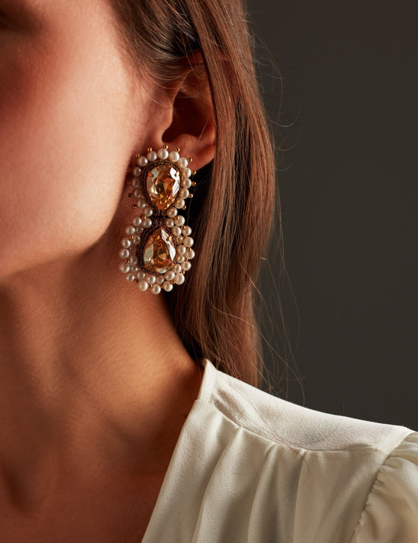 Golden Swarovski crystal and freshwater pearls earrings. Pendientes. Orecchini. Ear. Look.