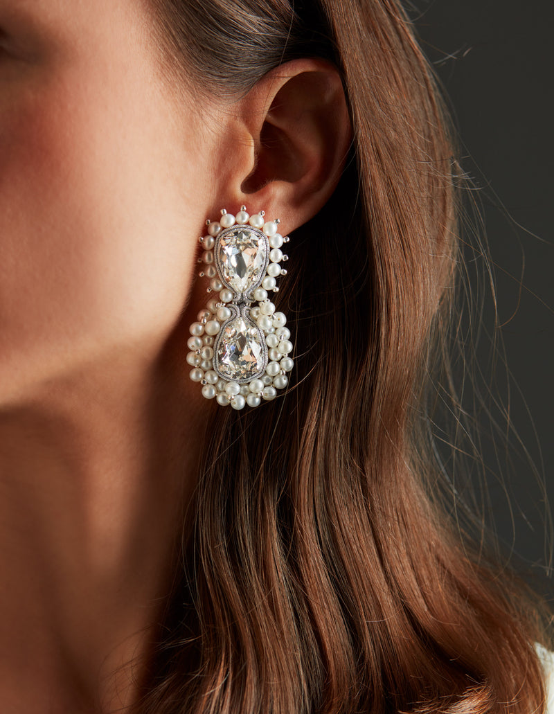 Silver Swarovski crystal and freshwater pearls earrings. Pendientes. Orecchini. Ear. Look.