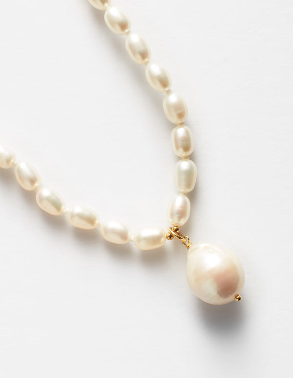 Oval pearls necklace with one baroque pearl charm and gold clasp. Collar. Collana.