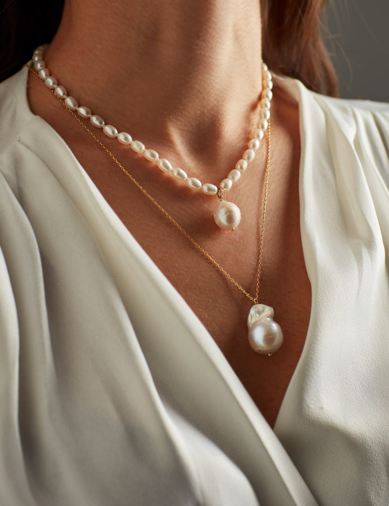 Gold chain with a baroque pearl charm. Oval. Necklaces. Cadena collar. Catenina collana. Neck. Look. Combined.