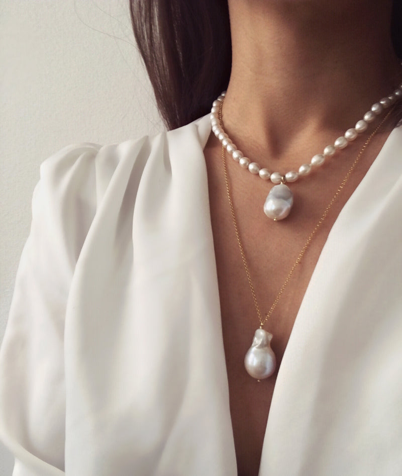 Oval pearls necklace with one baroque pearl charm and gold clasp. Cadena collar. Catenina collana. Combined. Chain. Neck. Look.