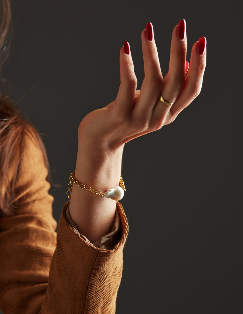 Gold chain with a baroque pearl. Bracelet. Cadena Pulsera. Catenina Bracciale. Hand. Look.
