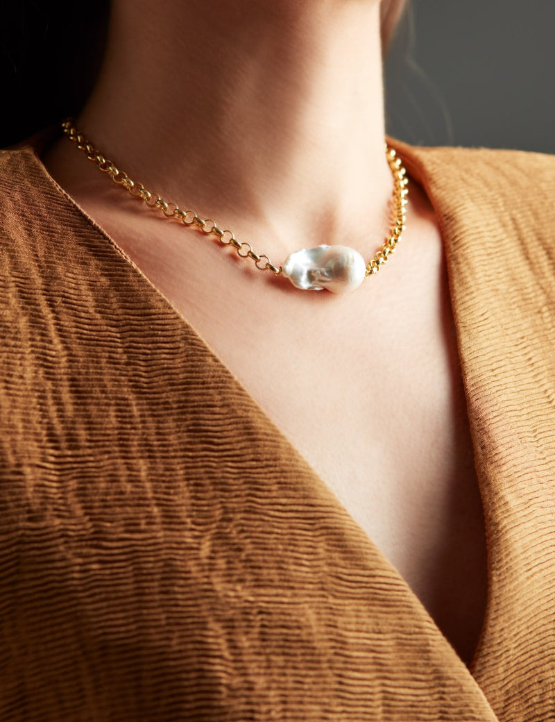 Gold chain with a baroque pearl. Necklace. Cadena collar. Catenina collana. Neck. Look.