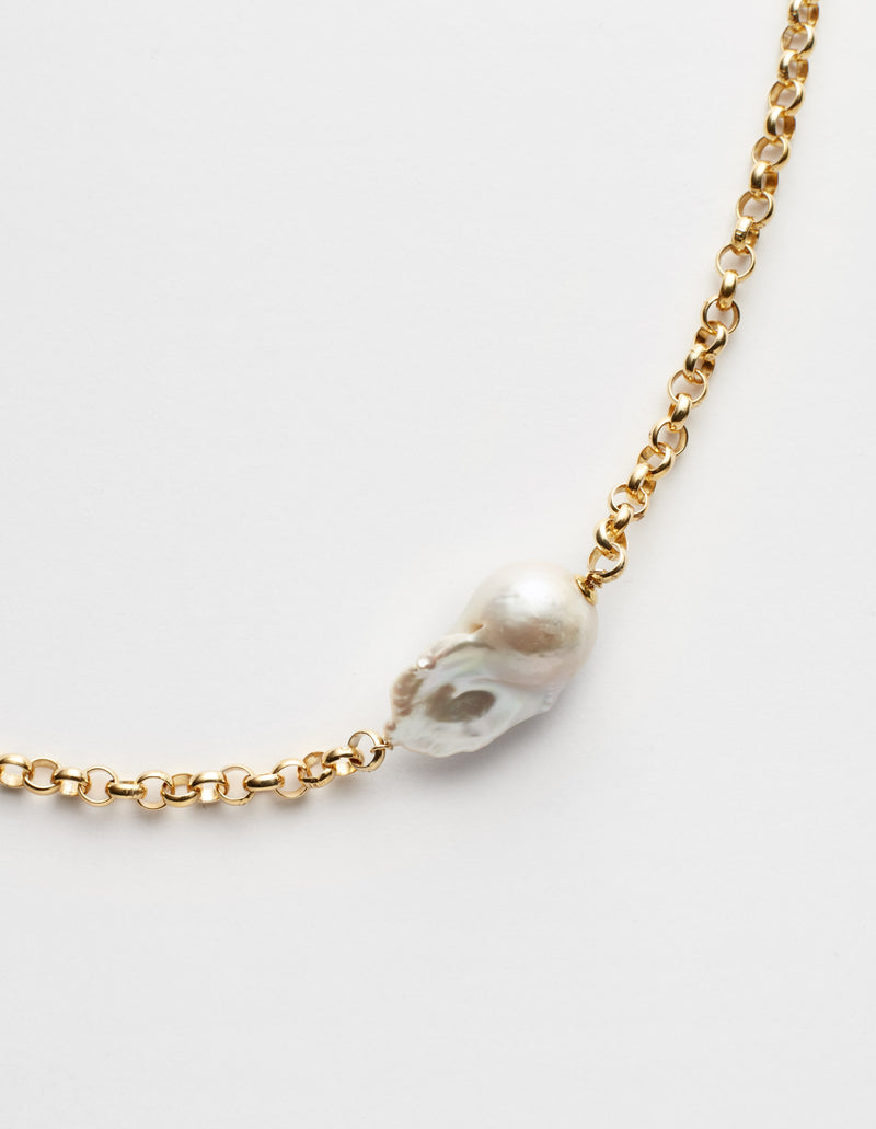 Gold chain with a baroque pearl. Necklace. Cadena collar. Catenina collana. Deails.