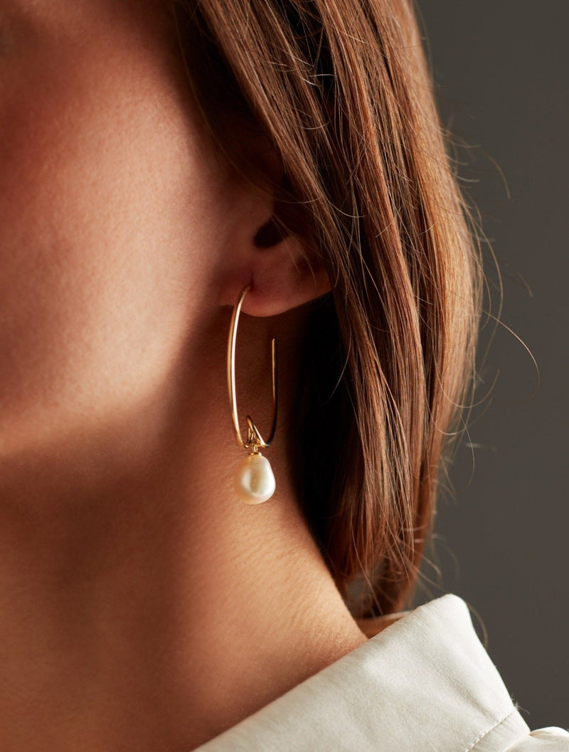Gold hoops earrings with freshwater pearls. Pendientes. Orecchini. Ear. Look.