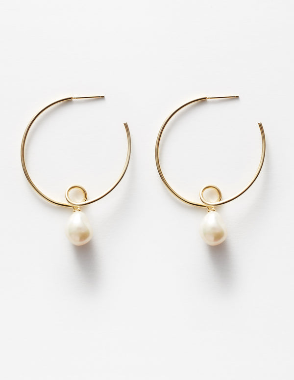 Gold hoops earrings with freshwater pearls. Pendientes. Orecchini.