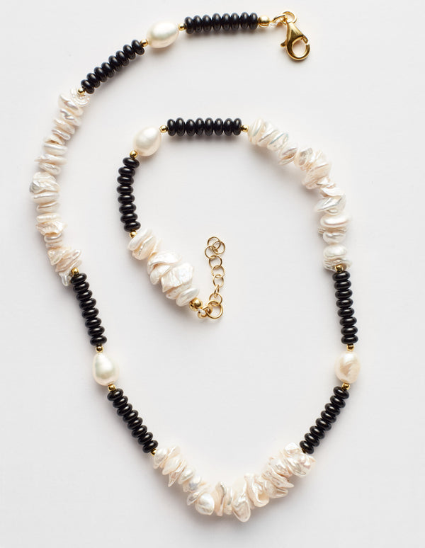 Black onyx necklace with freshwater oval and Keshi pearls. Collar collana.