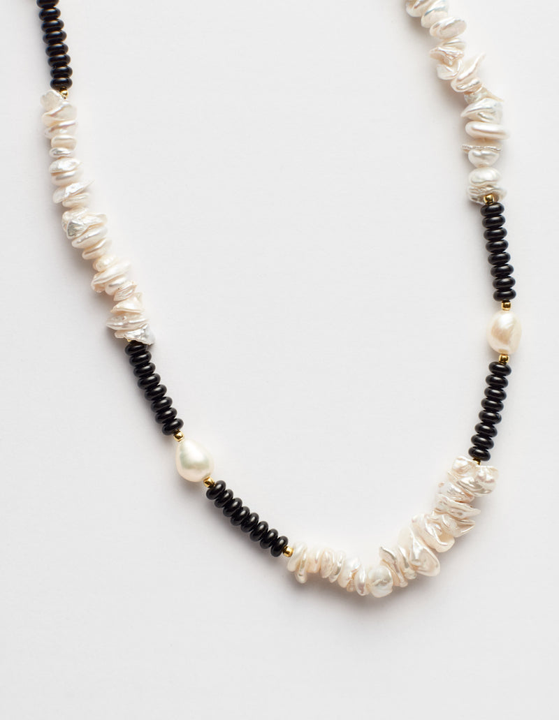 Black onyx necklace with freshwater oval and Keshi pearls. Collar collana. Details.